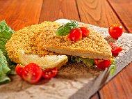Класически пържен шницел Миланезе с пилешко филе паниран в брашно, яйца и галета